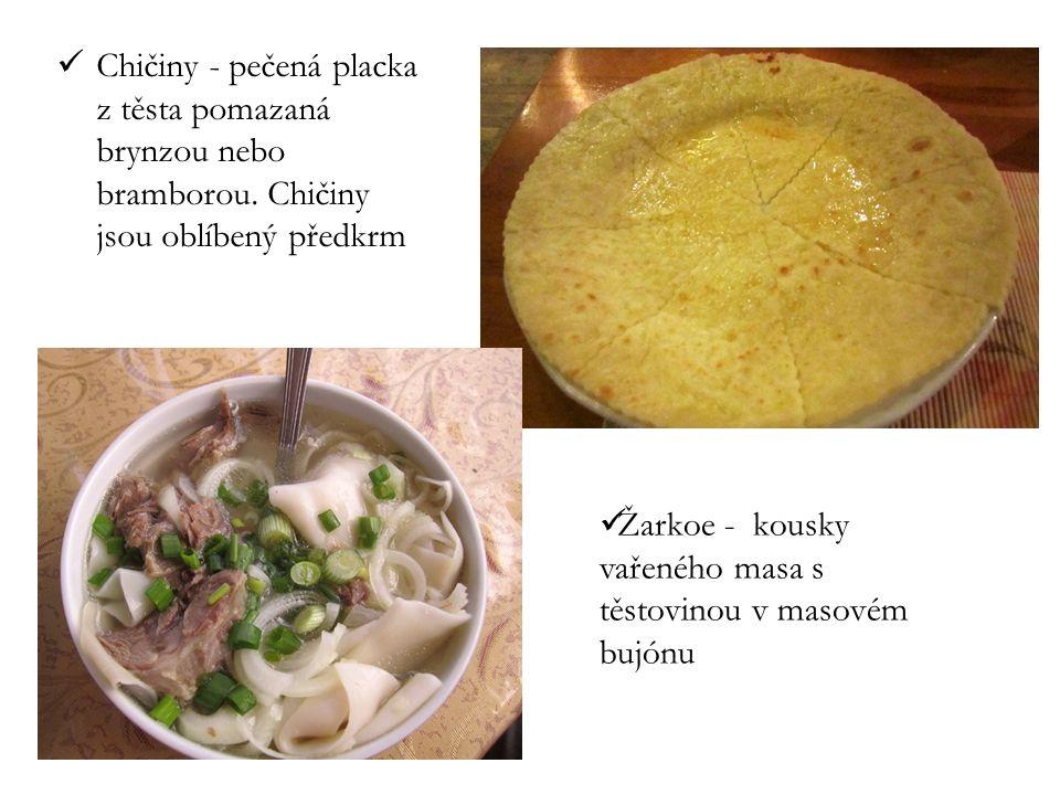 Chičiny - pečená placka z těsta pomazaná brynzou nebo bramborou. Chičiny jsou oblíbený předkrm Žarkoe - kousky vařeného masa s těstovinou v masovém bu