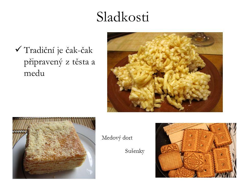 Sladkosti Tradiční je čak-čak připravený z těsta a medu Sušenky Medový dort