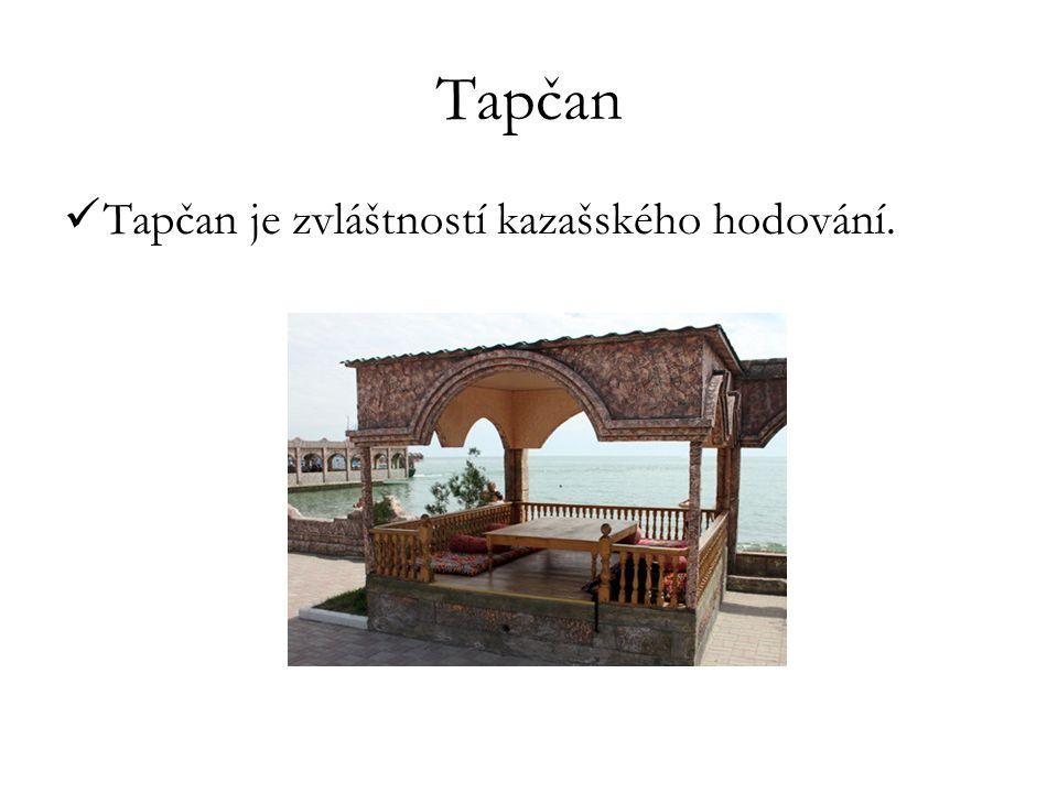 """Dastarchán - stůl plný jídla Bešbarmak (""""pět prstů – Bes: pět, barmak: prsty ) - skopové či koňské maso, které se vaří v kotli s nudlemi DastarchánBešbarmak"""
