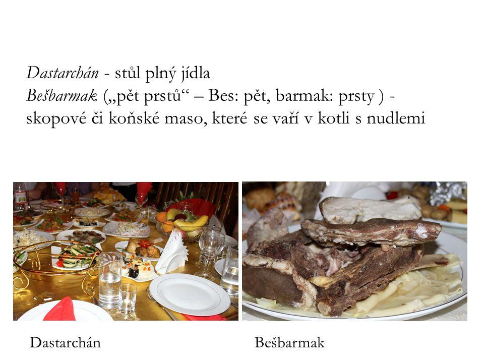 """Dastarchán - stůl plný jídla Bešbarmak (""""pět prstů"""" – Bes: pět, barmak: prsty ) - skopové či koňské maso, které se vaří v kotli s nudlemi DastarchánBe"""