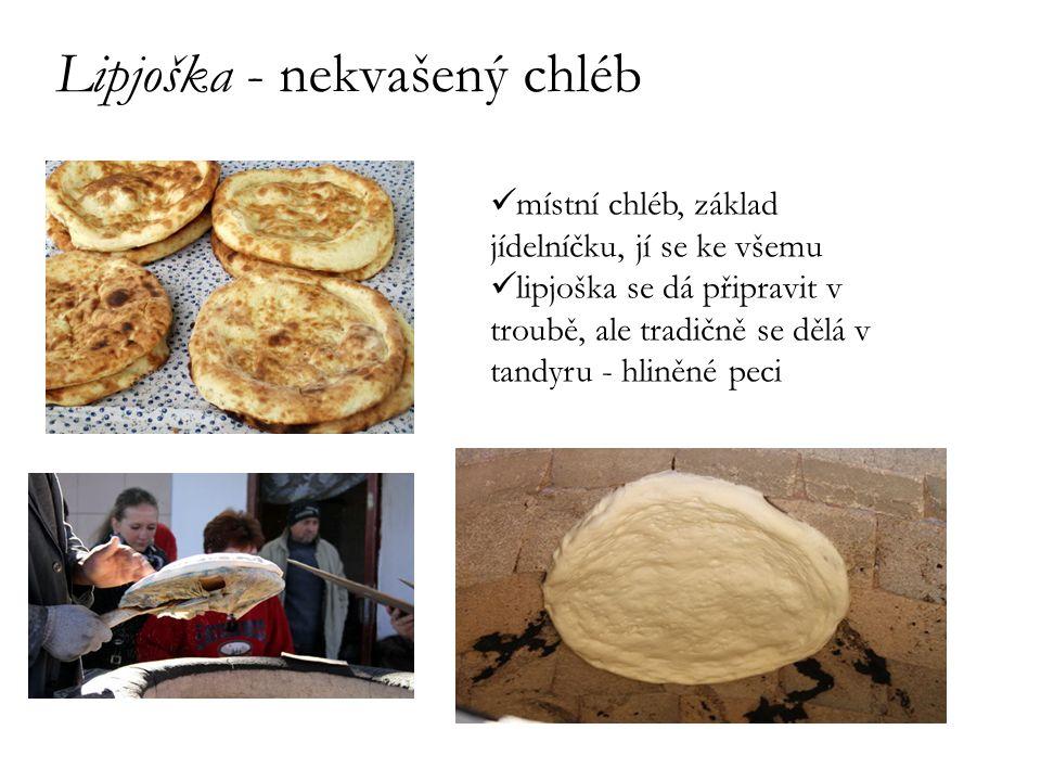 Lipjoška - nekvašený chléb místní chléb, základ jídelníčku, jí se ke všemu lipjoška se dá připravit v troubě, ale tradičně se dělá v tandyru - hliněné