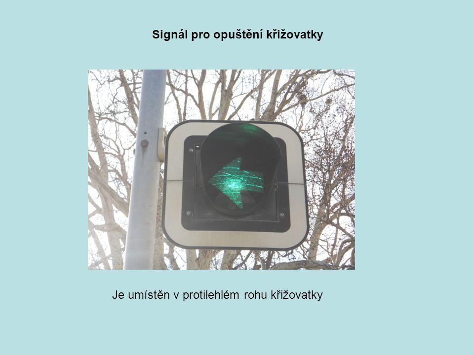 Signál pro opuštění křižovatky Je umístěn v protilehlém rohu křižovatky