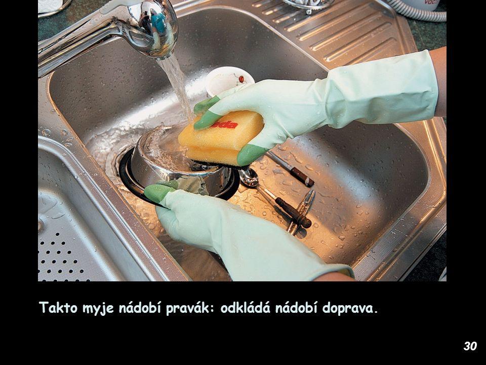 30 Takto myje nádobí pravák: odkládá nádobí doprava.