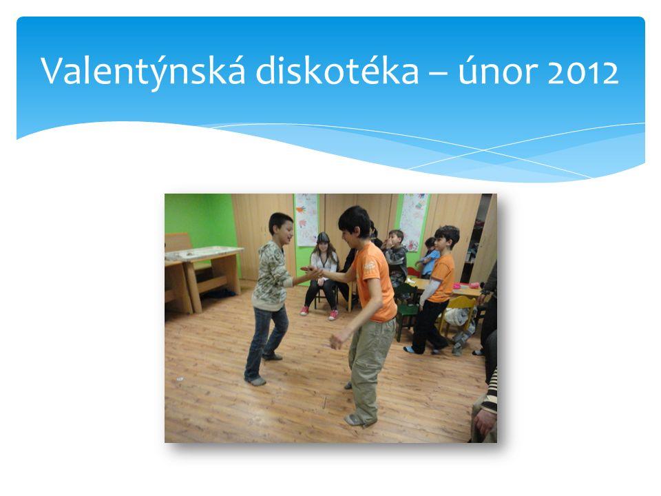 Black & white párty Vstupenkou bylo oblečení v černobílé kombinaci Diskotéka je oblíbená  Diskotéka s různými tanečními vstupy, děti zazpívaly, předvedly i humorné scénky, nacvičily si číslo BEAT BOXU, tancovaly na své oblíbené písničky break dance i romské tance.