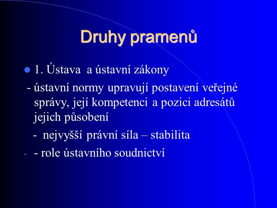 Druhy pramenů 1. Ústava a ústavní zákony - ústavní normy upravují postavení veřejné správy, její kompetenci a pozici adresátů jejich působení - nejvyš