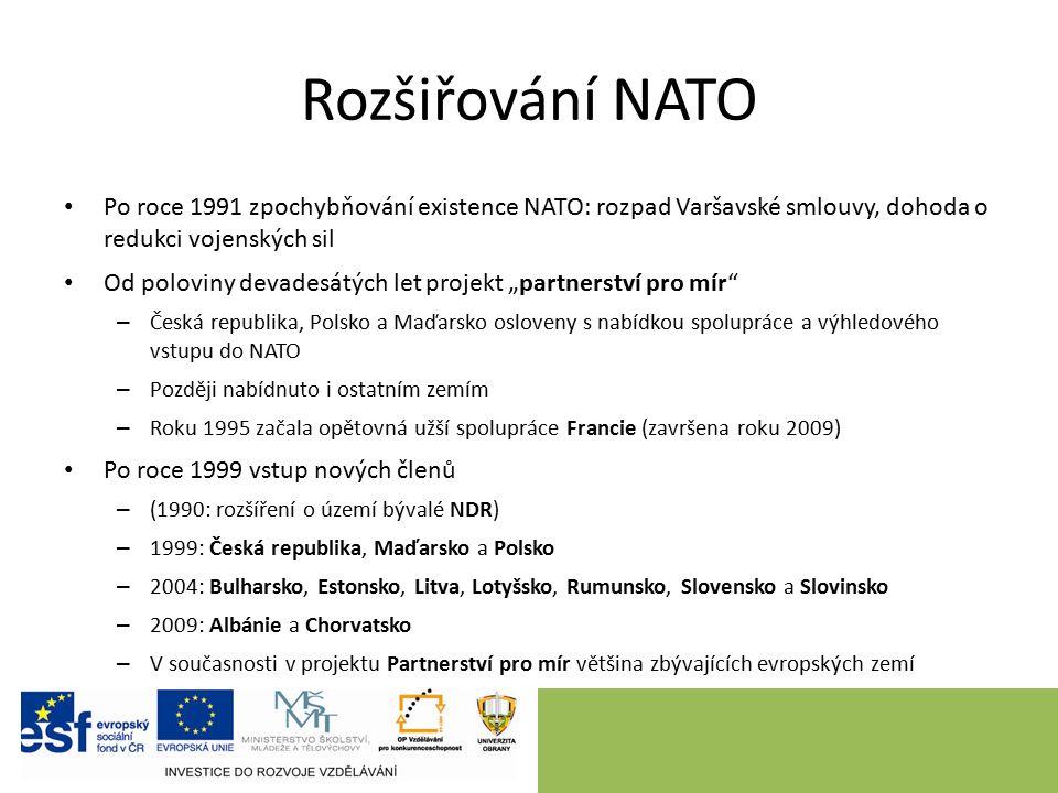 """Rozšiřování NATO Po roce 1991 zpochybňování existence NATO: rozpad Varšavské smlouvy, dohoda o redukci vojenských sil Od poloviny devadesátých let projekt """"partnerství pro mír – Česká republika, Polsko a Maďarsko osloveny s nabídkou spolupráce a výhledového vstupu do NATO – Později nabídnuto i ostatním zemím – Roku 1995 začala opětovná užší spolupráce Francie (završena roku 2009) Po roce 1999 vstup nových členů – (1990: rozšíření o území bývalé NDR) – 1999: Česká republika, Maďarsko a Polsko – 2004: Bulharsko, Estonsko, Litva, Lotyšsko, Rumunsko, Slovensko a Slovinsko – 2009: Albánie a Chorvatsko – V současnosti v projektu Partnerství pro mír většina zbývajících evropských zemí"""