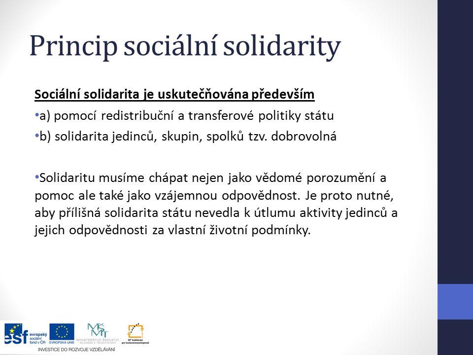 Princip sociální solidarity Sociální solidarita je uskutečňována především a) pomocí redistribuční a transferové politiky státu b) solidarita jedinců, skupin, spolků tzv.