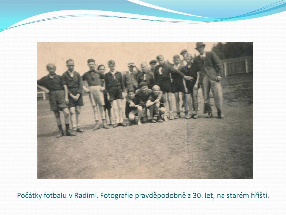 Počátky fotbalu v Radimi. Fotografie pravděpodobně z 30. let, na starém hřišti.