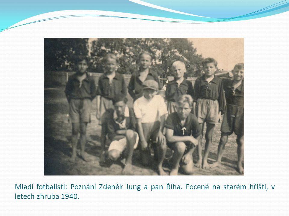 Mladí fotbalisti: Poznání Zdeněk Jung a pan Říha. Focené na starém hřišti, v letech zhruba 1940.