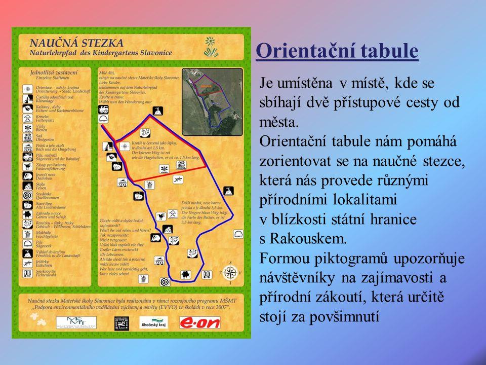Je umístěna v místě, kde se sbíhají dvě přístupové cesty od města.