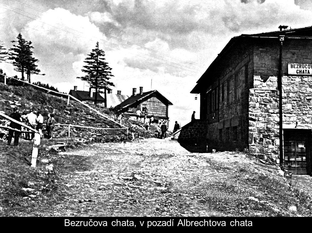 Bezručova chata, v pozadí Albrechtova chata