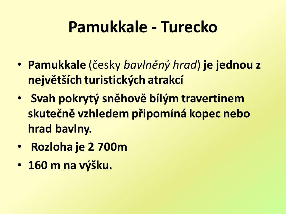 Pamukkale - Turecko Pamukkale (česky bavlněný hrad) je jednou z největších turistických atrakcí Svah pokrytý sněhově bílým travertinem skutečně vzhledem připomíná kopec nebo hrad bavlny.
