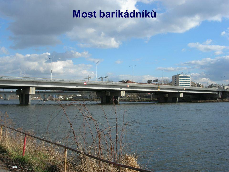 Holešovický železniční most (pod Bulovkou) spojuje stanici Praha-Holešovice a odbočku Rokytka v Libni, je po něm vedena tzv.