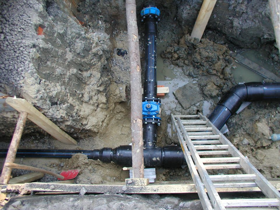 Vodovod zařízení pro potrubní nebo podobnou dopravu vody Vodovodní síť zajišťuje dodávku upravené vody pro velký počet obyvatel patří k nim dálková a
