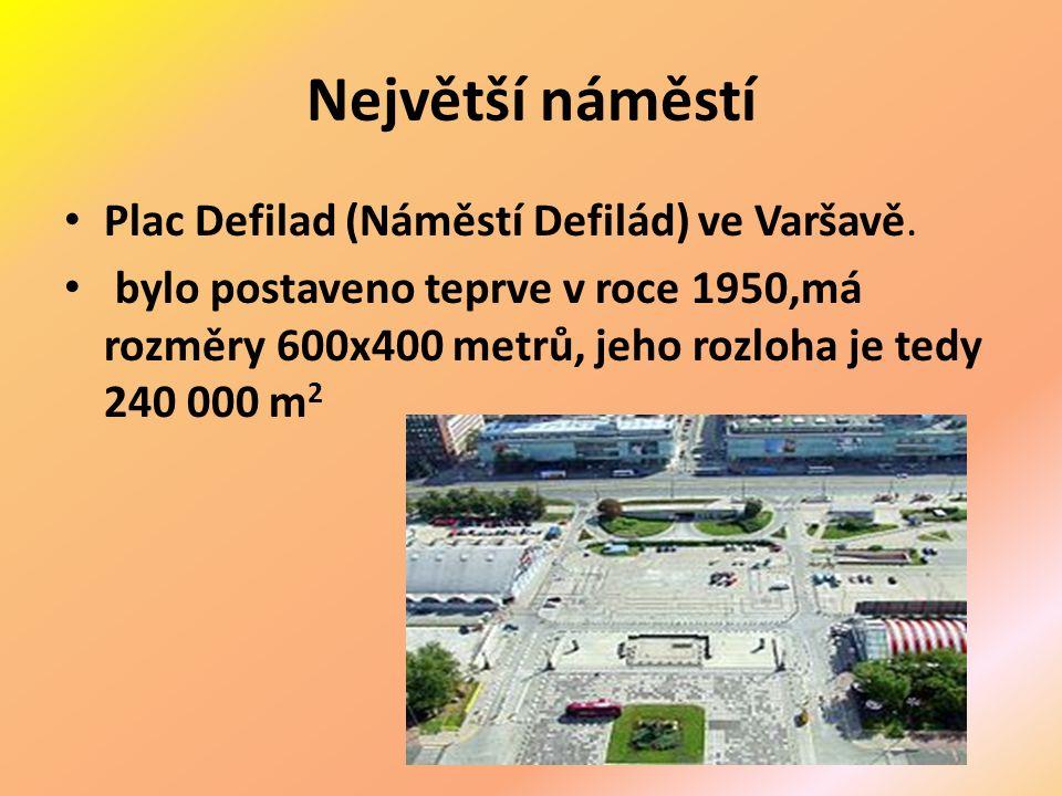 Největší náměstí Plac Defilad (Náměstí Defilád) ve Varšavě.