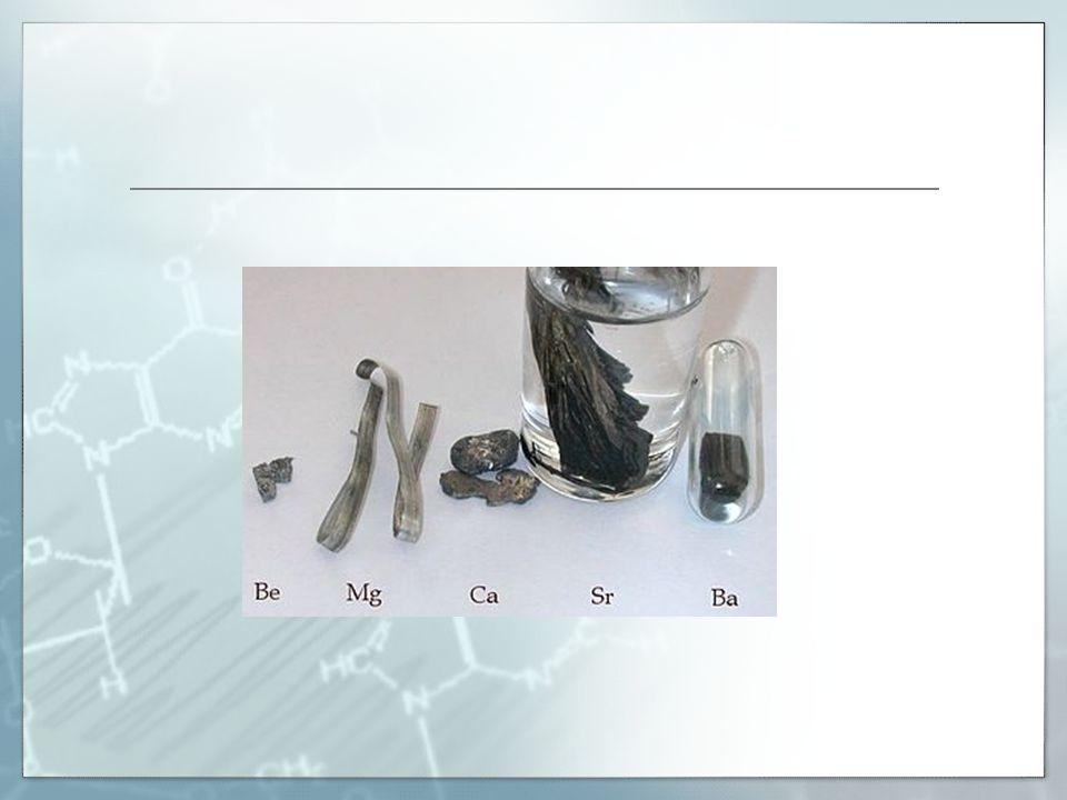 FYZIKÁLNÍ VLASTNOSTI  stříbrolesklé kovy  snadno na povrchu oxidují působením kyslíku  měkké - lze krájet nožem  dobře vedou elektrický proud i teplo