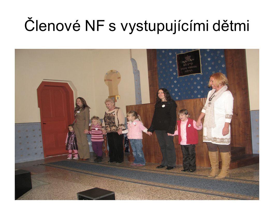 Členové NF s vystupujícími dětmi