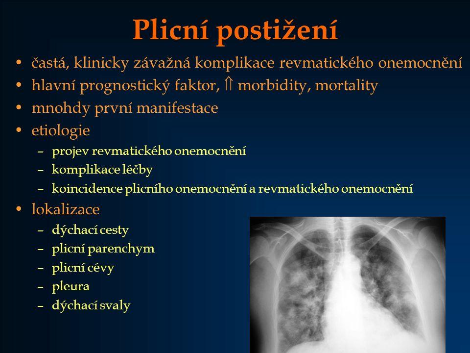 """Diagnostika intersticiálního plicního onemocnění Klinické příznaky –dušnost, kašel, inspirační krepitus na plicních bazích –paličkovité prsty (až u 70 % pacientů s fibrotizující alveolitidou) Funkční plicní vyšetření (typ a rozsah postižení) –spirometrie (FEV1 - normální, FVC - pokles, FEV1/FVC > 80 %) –DLCO – redukce RTG (až 10 % normálních nálezů) HRCT –fibrotizující alveolitida (""""ground-glass opacity ) –ireverzibilní fibróza (""""honeycombing ) BFS + BAL (diagnóza, aktivita, prognóza) –makrofágo-lymfocytární, neutrofilní alveolitida Plicní biopsie (diagnóza, stádium alveolitidy, otevřená - dg."""