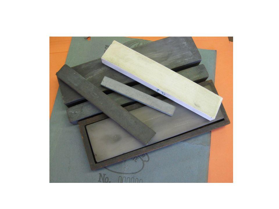 Ruční broušení To se skládá z broušení dláta na brusných kamenech různé zrnitosti, od nejhrubšího po nejjemnější a následné obtažení na kůži nebo filcu za použití zelené brusné pasty.