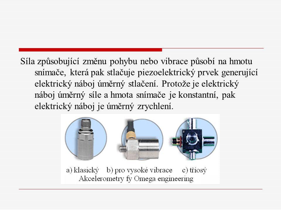 Síla způsobující změnu pohybu nebo vibrace působí na hmotu snímače, která pak stlačuje piezoelektrický prvek generující elektrický náboj úměrný stlače