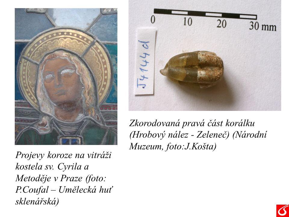 Zkorodovaná pravá část korálku (Hrobový nález - Zeleneč) (Národní Muzeum, foto:J.Košta) Projevy koroze na vitráži kostela sv.