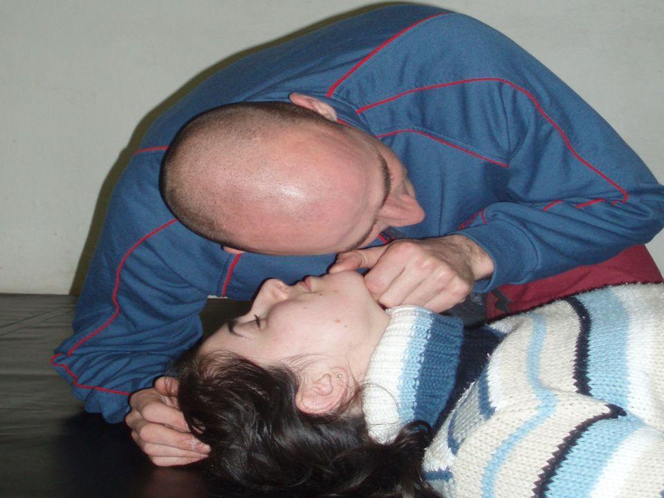 KONTROLA DECHU přiložíme ucho k nosu pohledem kontrolujeme zvedání hrudníku kontrolu provádíme asi 10 s