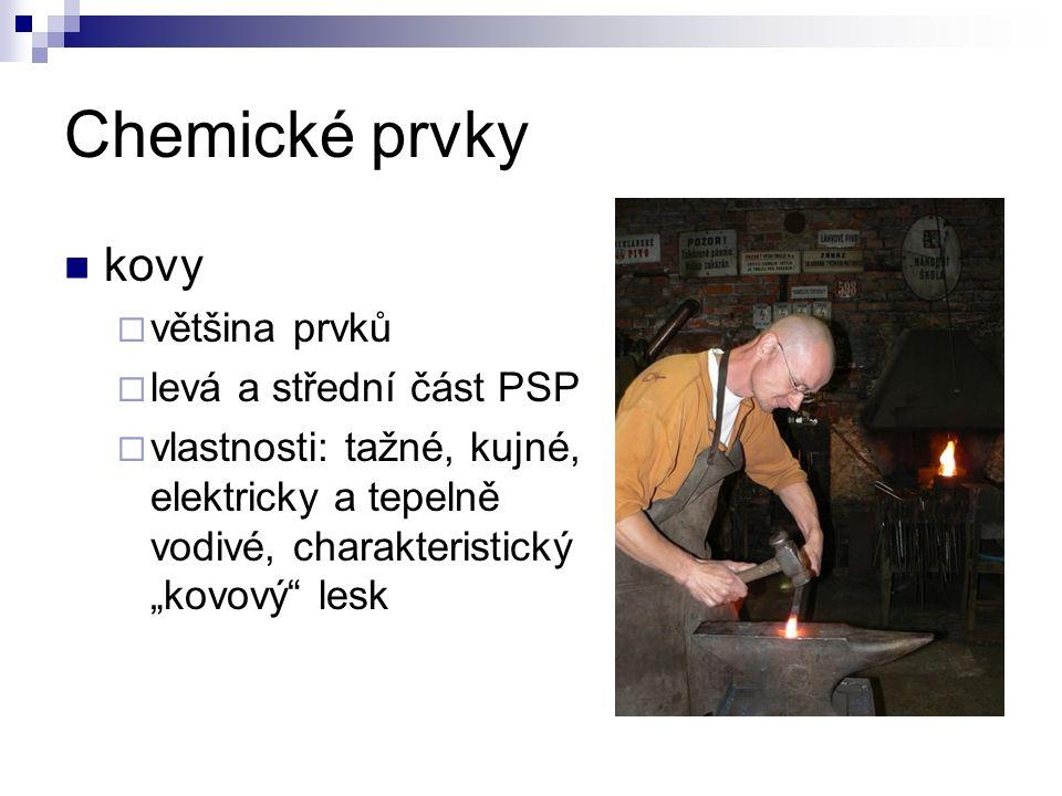 """Chemické prvky kovy  většina prvků  levá a střední část PSP  vlastnosti: tažné, kujné, elektricky a tepelně vodivé, charakteristický """"kovový lesk"""