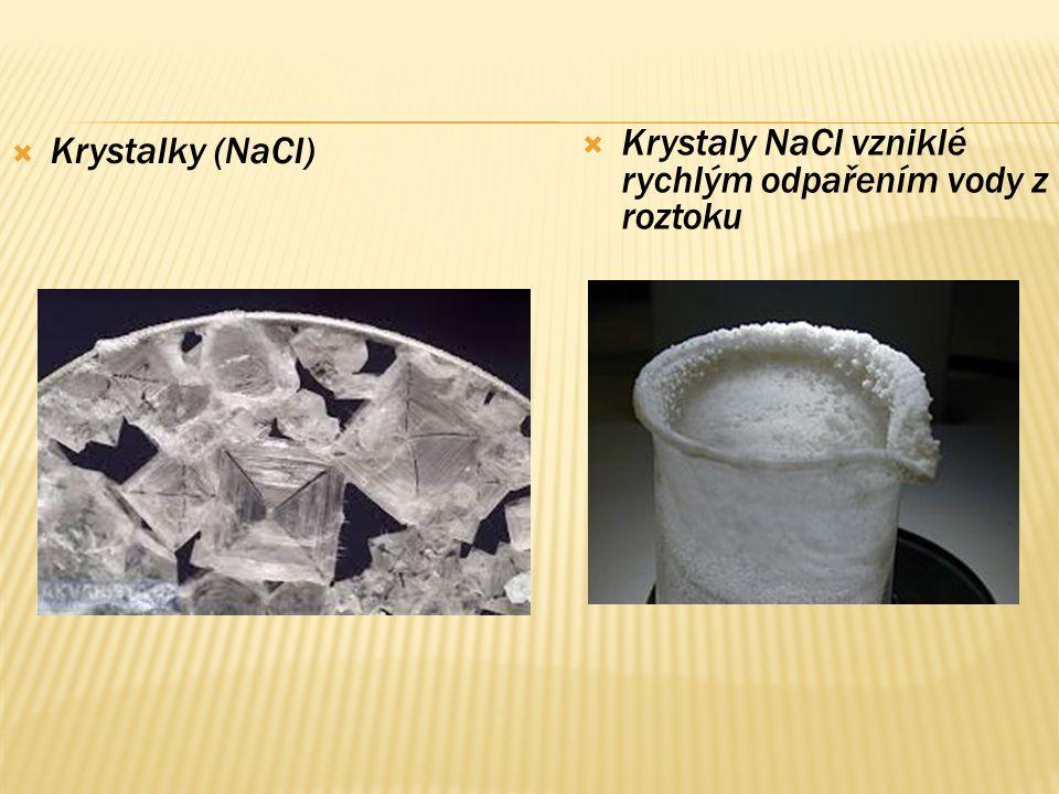  Krystalky (NaCl)  Krystaly NaCl vzniklé rychlým odpařením vody z roztoku