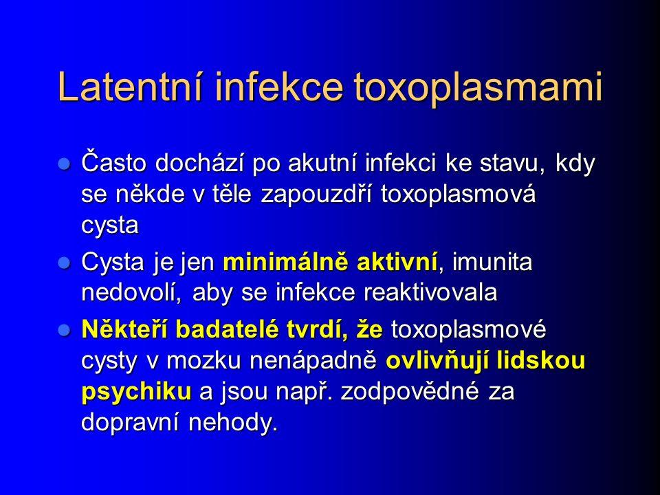 Toxoplasma gondii Je to prvok, který je přenášen kočkami, i když chovatelé psů jsou ve větším riziku (protože na srsti donesou domů částečky kočičího trusu) Je to prvok, který je přenášen kočkami, i když chovatelé psů jsou ve větším riziku (protože na srsti donesou domů částečky kočičího trusu) Většina infekcí u imunokompetentních osob je bez příznaků nebo se projeví jen zvětšenými uzlinami, které zase odezní Většina infekcí u imunokompetentních osob je bez příznaků nebo se projeví jen zvětšenými uzlinami, které zase odezní Nebezpečná je oční forma Nebezpečná je oční forma Nebezpečná je také infekce plodu, zejména v.prvním trimestru Nebezpečná je také infekce plodu, zejména v.prvním trimestru
