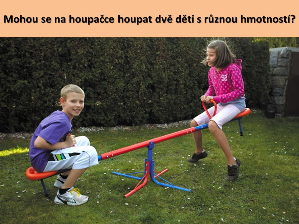 Mohou se na houpačce houpat dvě děti s různou hmotností?