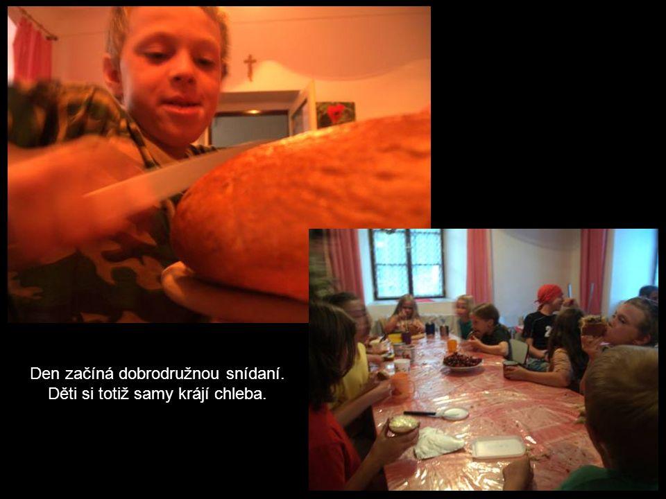 Den začíná dobrodružnou snídaní. Děti si totiž samy krájí chleba.