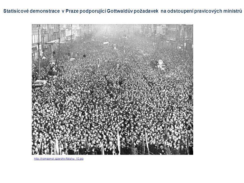 Statisícové demonstrace v Praze podporující Gottwaldův požadavek na odstoupení pravicových ministrů http://komsomol.cz/archiv/foto/vu_10.jpg