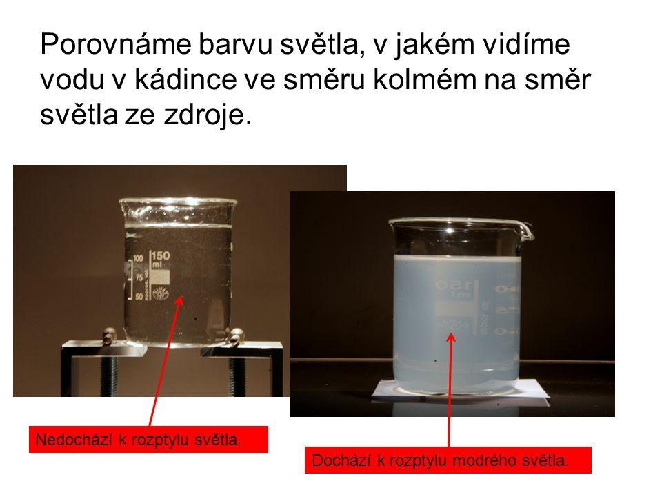 Porovnáme barvu světla, v jakém vidíme vodu v kádince ve směru kolmém na směr světla ze zdroje.