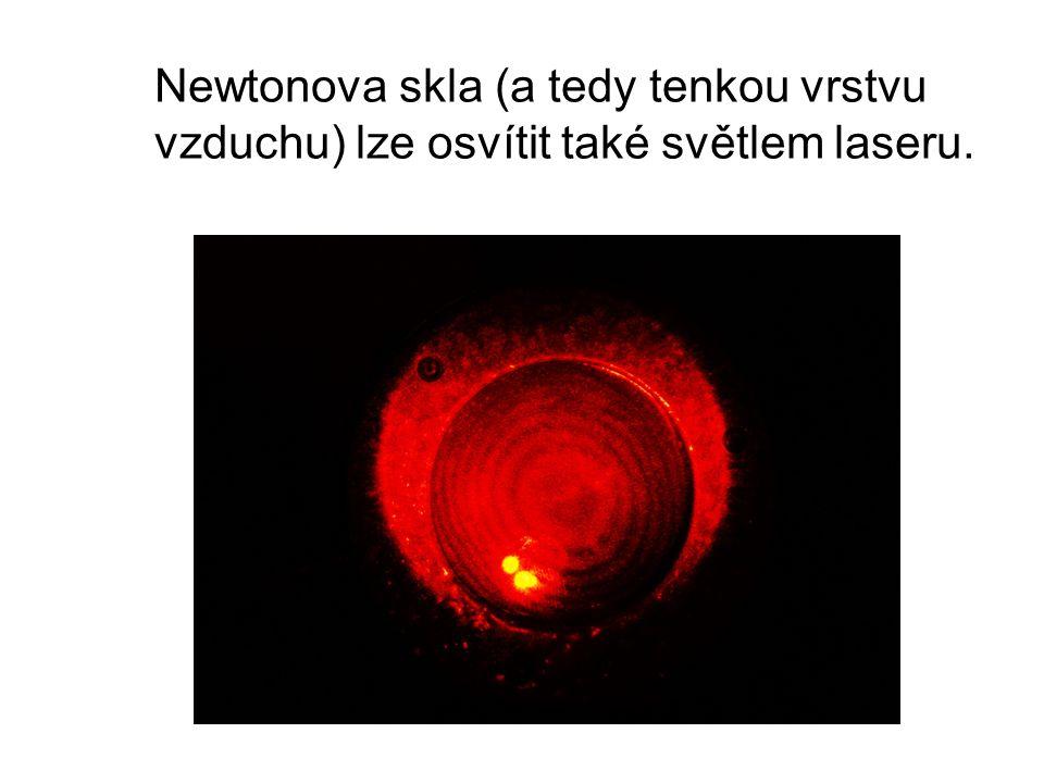Newtonova skla (a tedy tenkou vrstvu vzduchu) lze osvítit také světlem laseru.