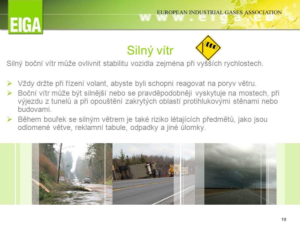 19 Silný boční vítr může ovlivnit stabilitu vozidla zejména při vyšších rychlostech.