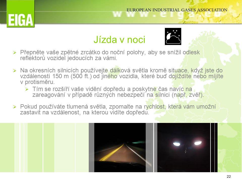 22 Jízda v noci  Přepněte vaše zpětné zrcátko do noční polohy, aby se snížil odlesk reflektorů vozidel jedoucích za vámi.