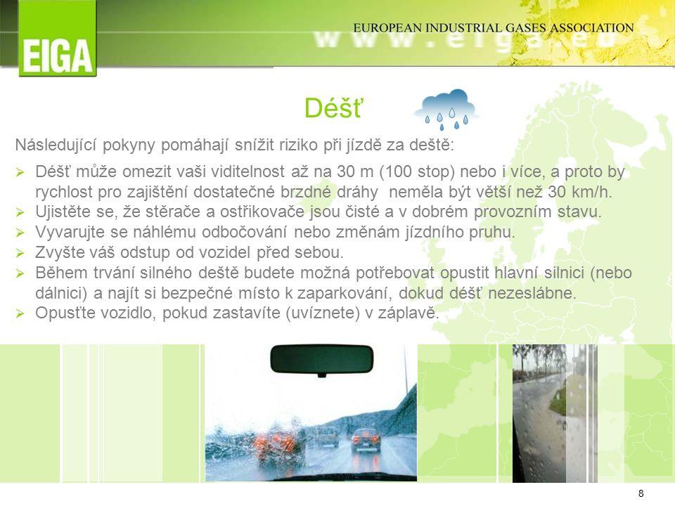 8 Déšť Následující pokyny pomáhají snížit riziko při jízdě za deště:  Déšť může omezit vaši viditelnost až na 30 m (100 stop) nebo i více, a proto by rychlost pro zajištění dostatečné brzdné dráhy neměla být větší než 30 km/h.