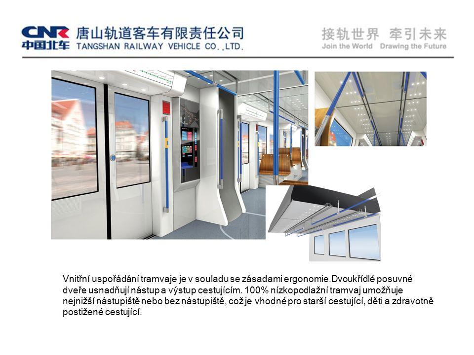 Vnitřní uspořádání tramvaje je v souladu se zásadami ergonomie.Dvoukřídlé posuvné dveře usnadňují nástup a výstup cestujícím.