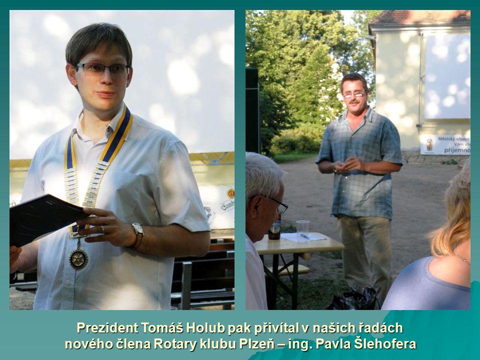 Prezident Tomáš Holub pak přivítal v našich řadách nového člena Rotary klubu Plzeň – ing. Pavla Šlehofera