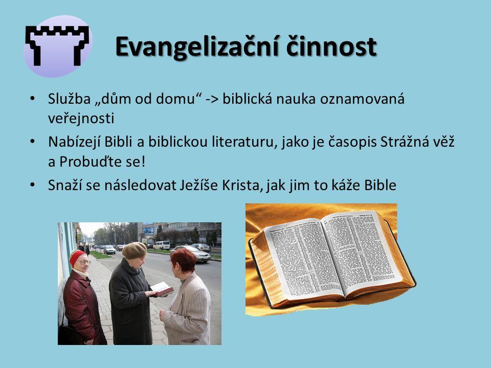 """Evangelizační činnost Služba """"dům od domu -> biblická nauka oznamovaná veřejnosti Nabízejí Bibli a biblickou literaturu, jako je časopis Strážná věž a Probuďte se."""