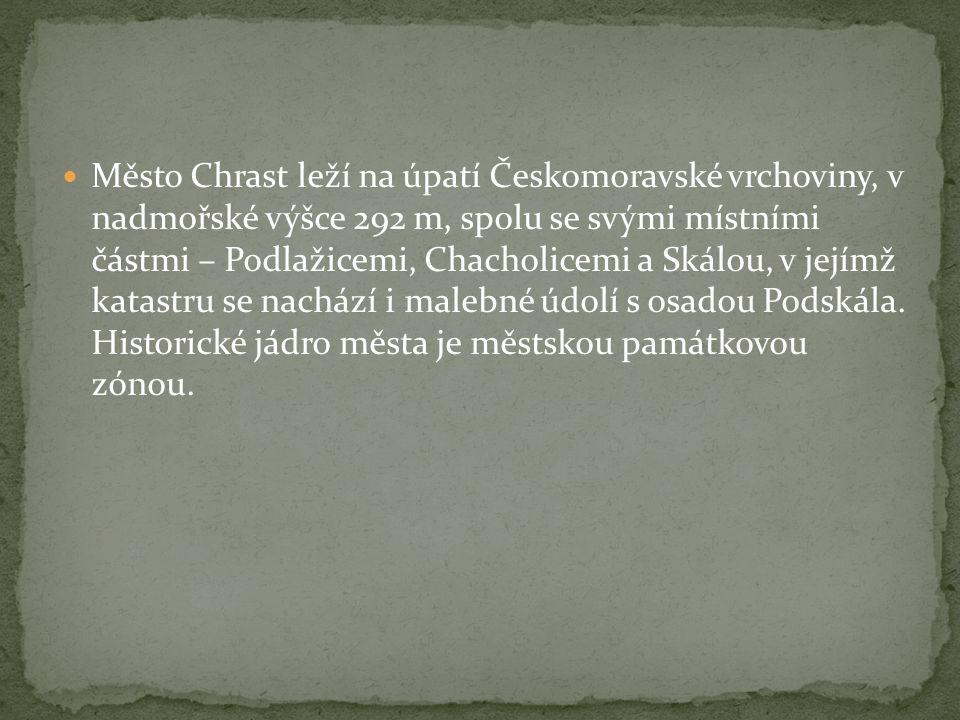 Město Chrast leží na úpatí Českomoravské vrchoviny, v nadmořské výšce 292 m, spolu se svými místními částmi – Podlažicemi, Chacholicemi a Skálou, v jejímž katastru se nachází i malebné údolí s osadou Podskála.
