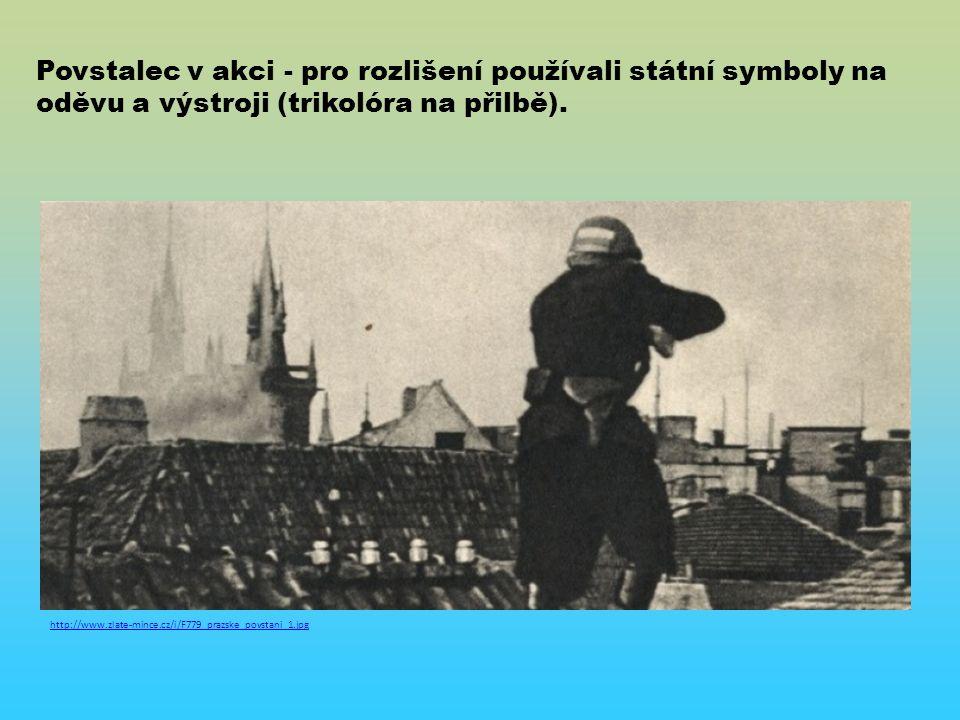 http://www.zlate-mince.cz/i/F779_prazske_povstani_1.jpg Povstalec v akci - pro rozlišení používali státní symboly na oděvu a výstroji (trikolóra na přilbě).