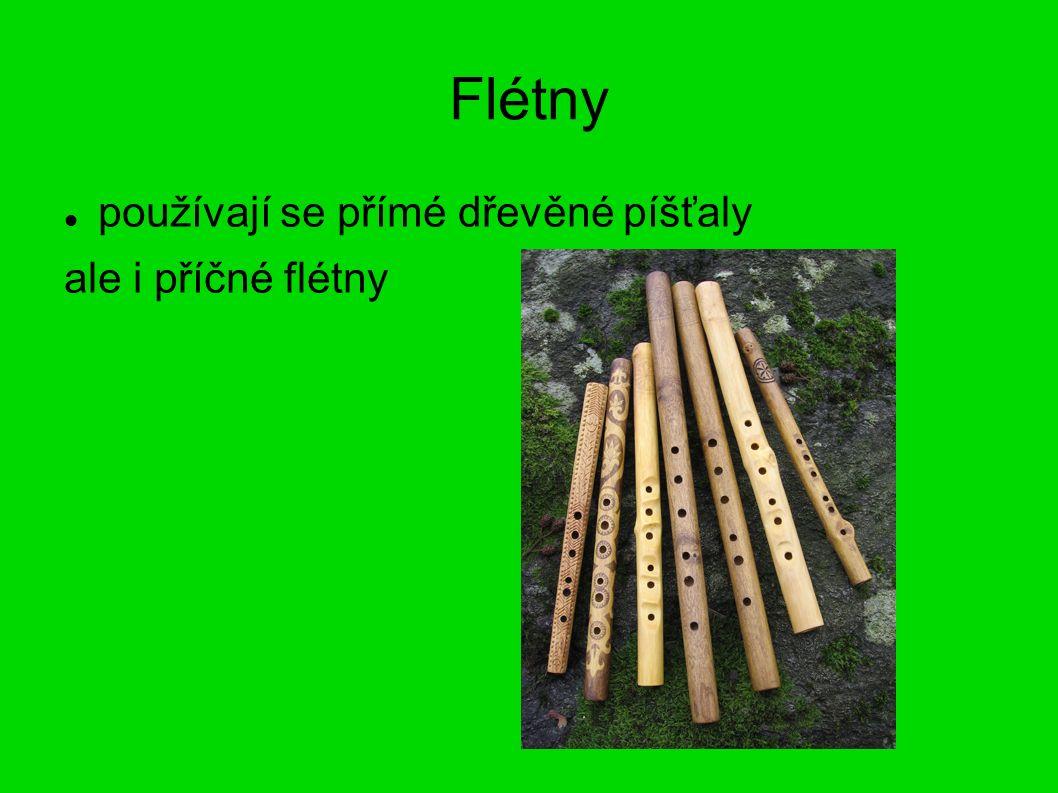 Flétny používají se přímé dřevěné píšťaly ale i příčné flétny