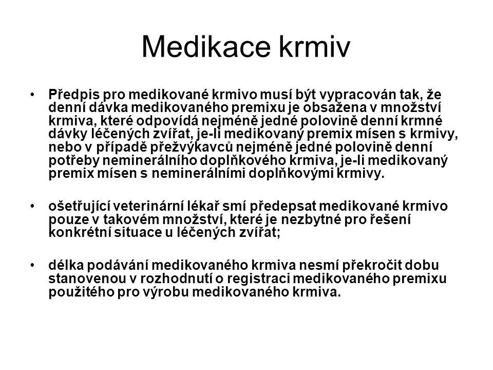 Medikace krmiv Předpis pro medikované krmivo musí být vypracován tak, že denní dávka medikovaného premixu je obsažena v množství krmiva, které odpovídá nejméně jedné polovině denní krmné dávky léčených zvířat, je-li medikovaný premix mísen s krmivy, nebo v případě přežvýkavců nejméně jedné polovině denní potřeby neminerálního doplňkového krmiva, je-li medikovaný premix mísen s neminerálními doplňkovými krmivy.