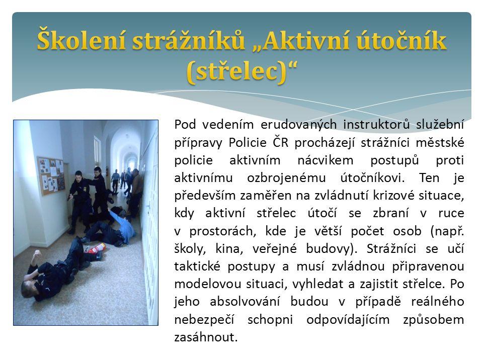 Pod vedením erudovaných instruktorů služební přípravy Policie ČR procházejí strážníci městské policie aktivním nácvikem postupů proti aktivnímu ozbrojenému útočníkovi.
