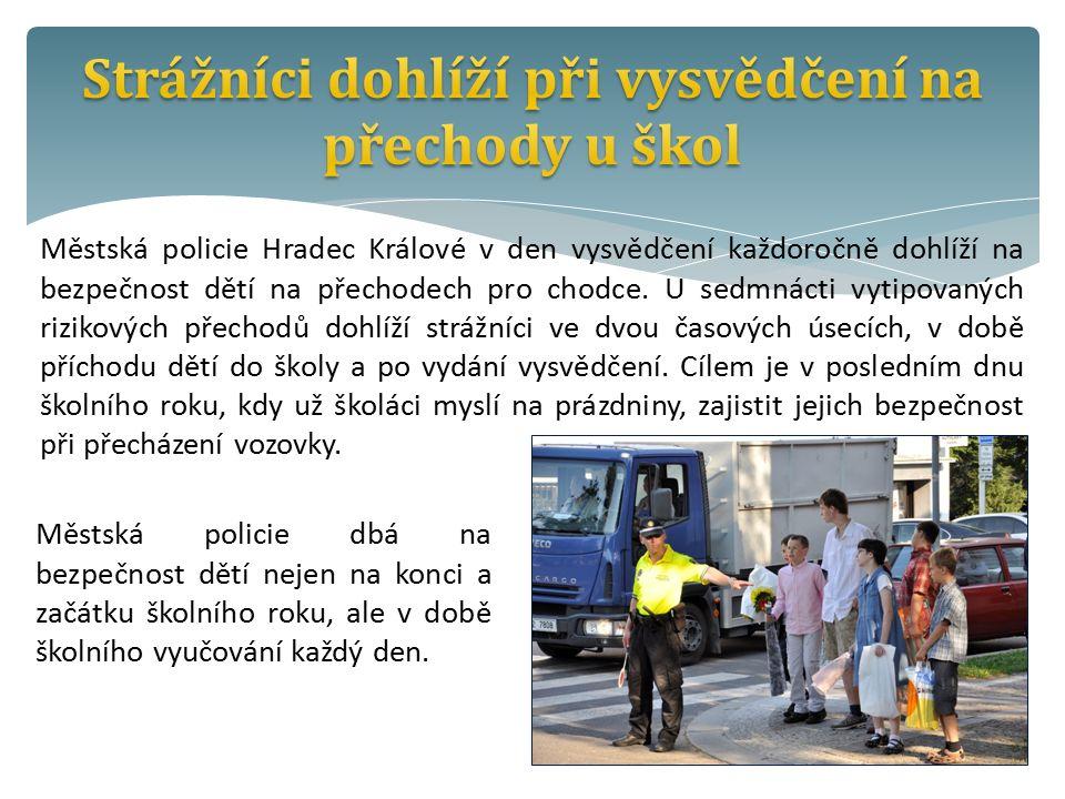 Městská policie Hradec Králové v den vysvědčení každoročně dohlíží na bezpečnost dětí na přechodech pro chodce.