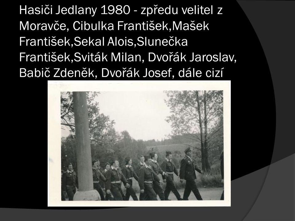 Hasiči Jedlany 1980 - zpředu velitel z Moravče, Cibulka František,Mašek František,Sekal Alois,Slunečka František,Sviták Milan, Dvořák Jaroslav, Babič Zdeněk, Dvořák Josef, dále cizí