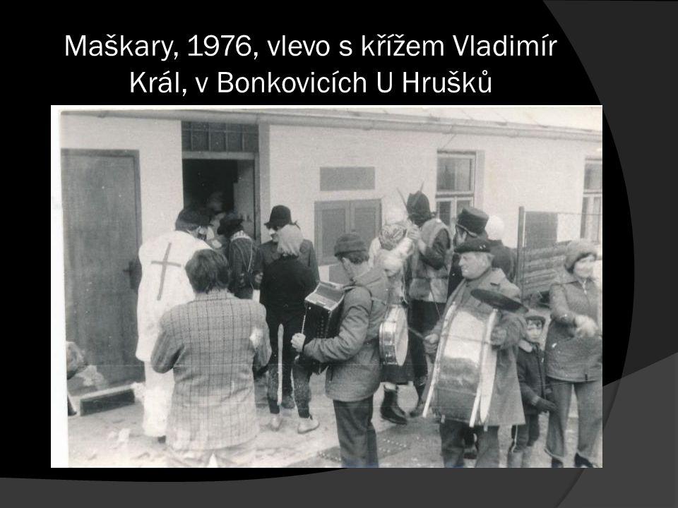 Maškary, 1976, vlevo s křížem Vladimír Král, v Bonkovicích U Hrušků