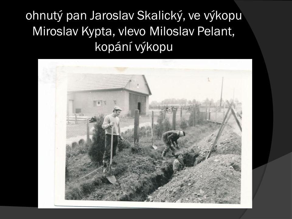 ohnutý pan Jaroslav Skalický, ve výkopu Miroslav Kypta, vlevo Miloslav Pelant, kopání výkopu