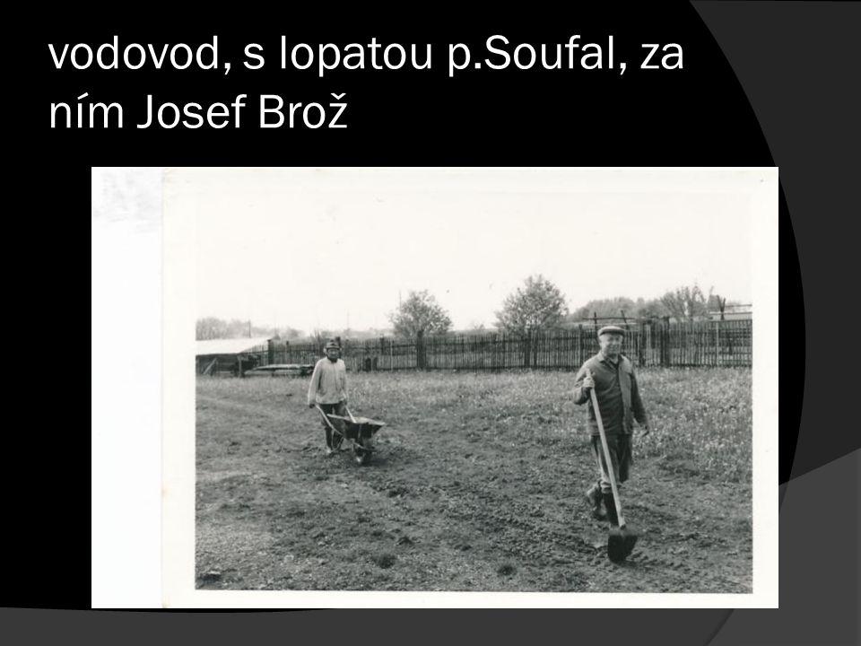 vodovod, s lopatou p.Soufal, za ním Josef Brož